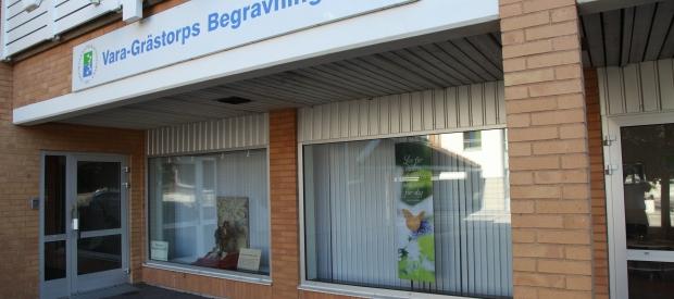 Grästorps Begravningsbyrå entré på adressen Oskarsgatan 26, Grästorp.
